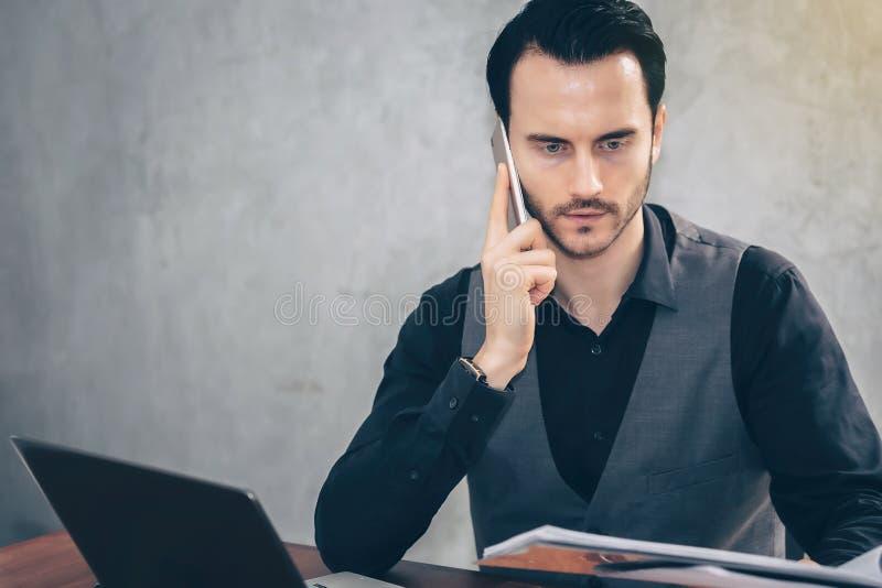 Les hommes d'affaires utilisent des smartphones pour contacter des gens d'affaires pour photo stock