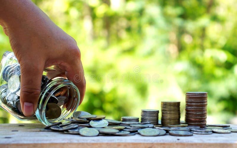 Les hommes d'affaires versent des bouteilles d'argent sur les planchers en bois photos libres de droits