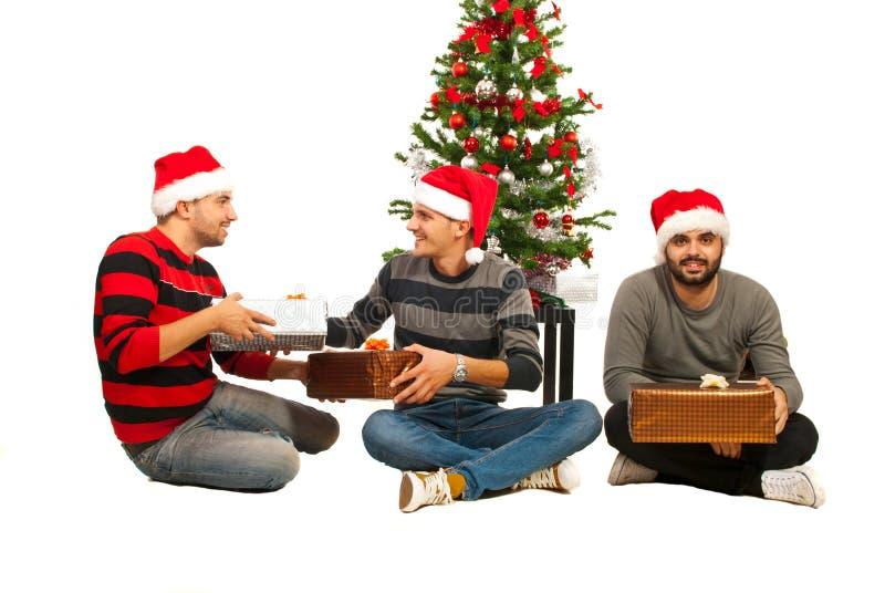Les hommes d'amis célèbrent Noël images libres de droits