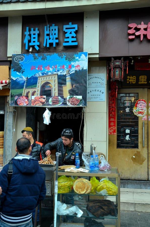 Les hommes d'Uighur du Xinjiang font cuire la nourriture Changhaï Chine de rue photos libres de droits