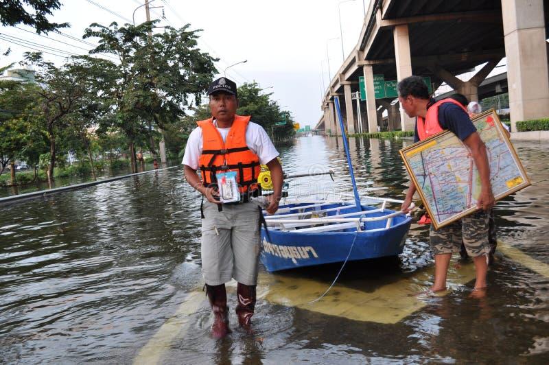 Les hommes de police aident n une rue inondée de Bangkok, Thaïlande, le 31 octobre 2011 images libres de droits