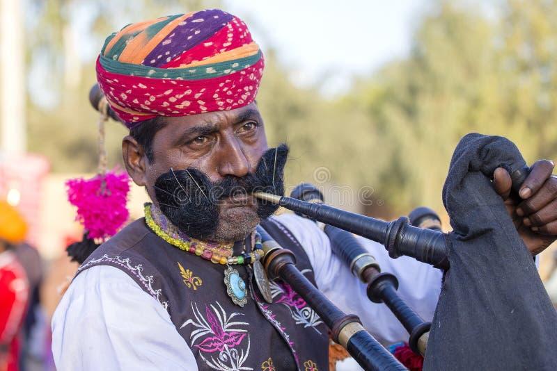 Les hommes de portrait portant la robe traditionnelle de Rajasthani participent à M. Abandonnez le concours en tant qu'élément du photo stock