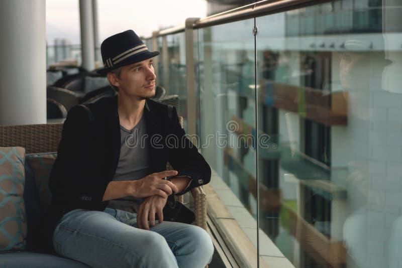 Les hommes en chapeau sur la terrasse photographie stock