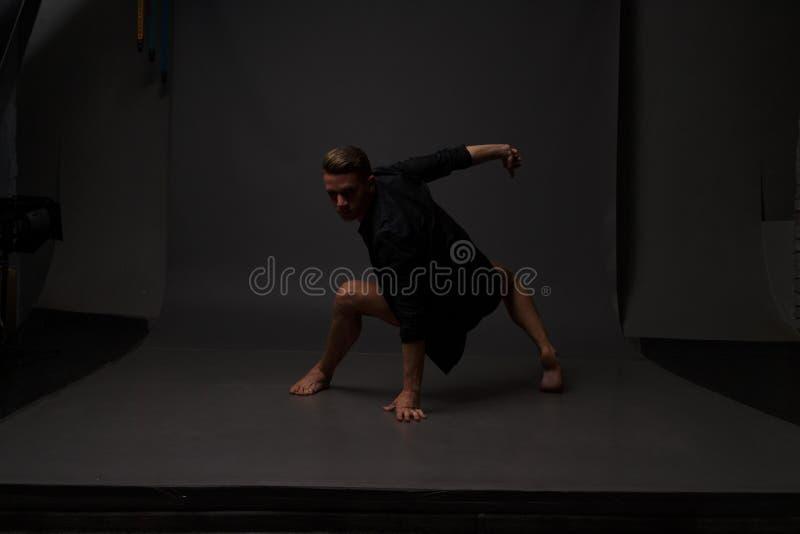 Les hommes est des danses dans pantalon noir photographie stock