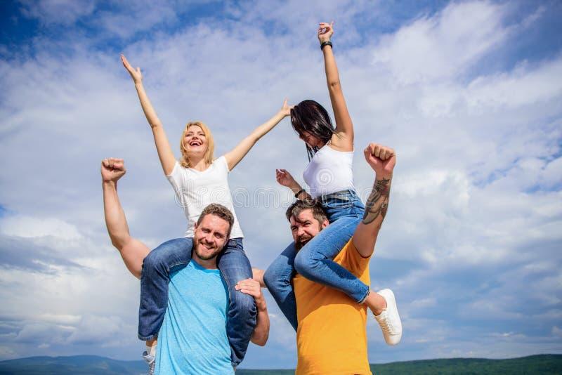 Les hommes et les femmes apprécient le festival de musique Vacances et passe-temps Festival célèbre de visite pendant des vacance image libre de droits