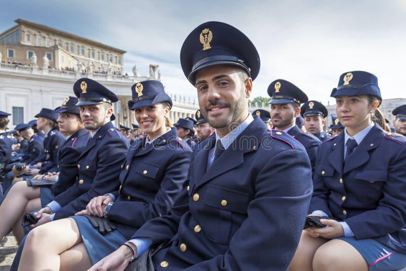 Les hommes et les représentants de femmes énoncent des forces, police italienne photo libre de droits