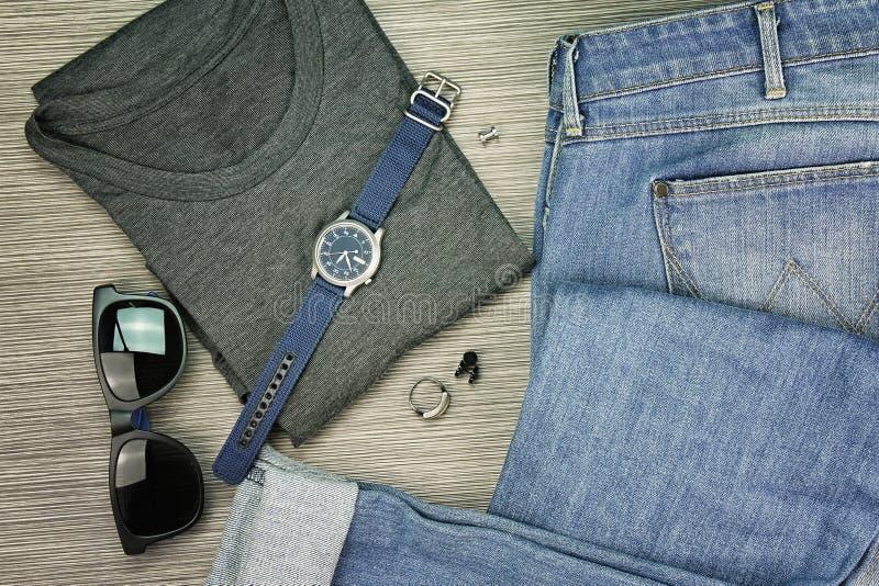 Les hommes façonnent, les équipements occasionnels, l'ensemble de vêtements et les divers accessoires images libres de droits