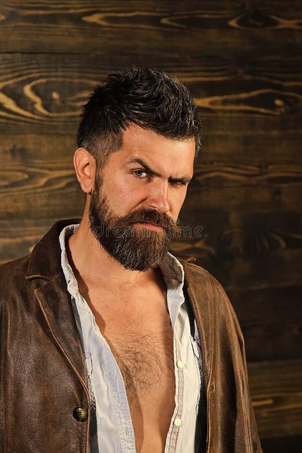 Les hommes guérit le soin de corps Coupe de cheveux d'homme barbu, archaïsme Coupe de cheveux et barbe à la mode de hippie de jeu photo stock