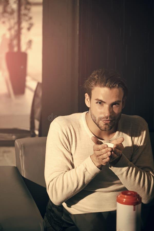 Les hommes guérit le soin de corps Thé de boissons d'homme dans le teabowl du thermos photos stock