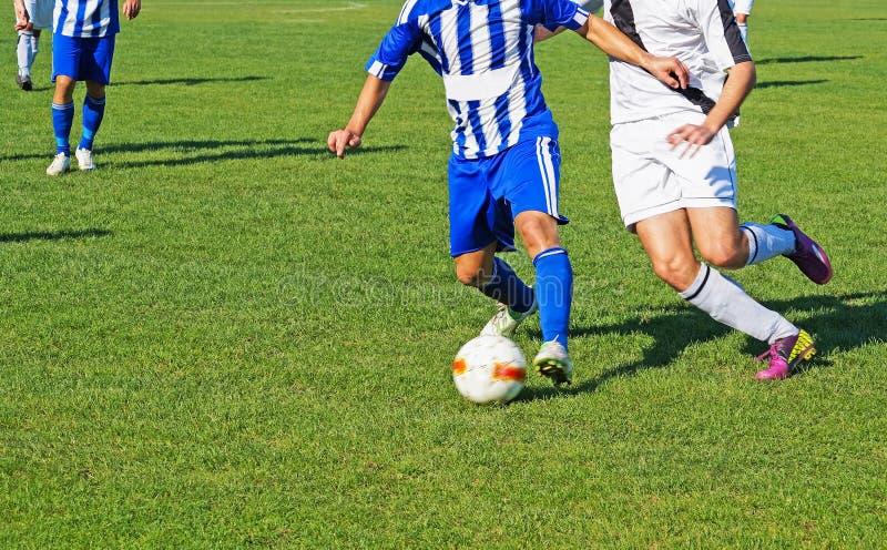 Les hommes jouent le football images libres de droits