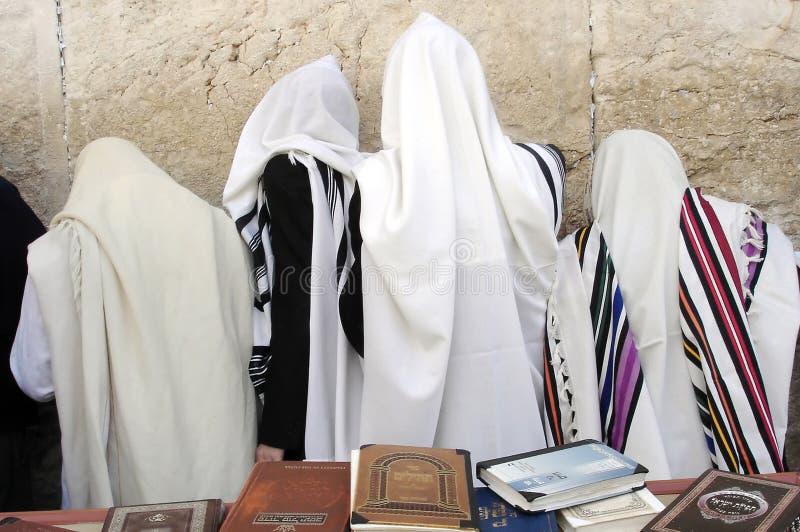 Les hommes juifs orthodoxes prient au mur occidental à Jérusalem Israe images libres de droits