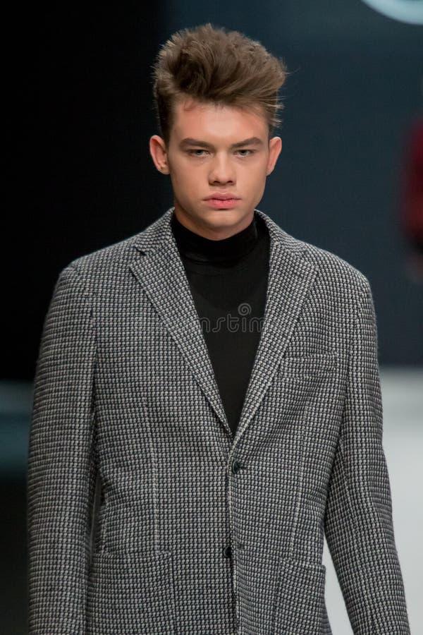 Les hommes modèlent au défilé de mode Valentin Yudashkin dans la semaine de mode de Moscou, le Chute-hiver 2016/2017 photographie stock