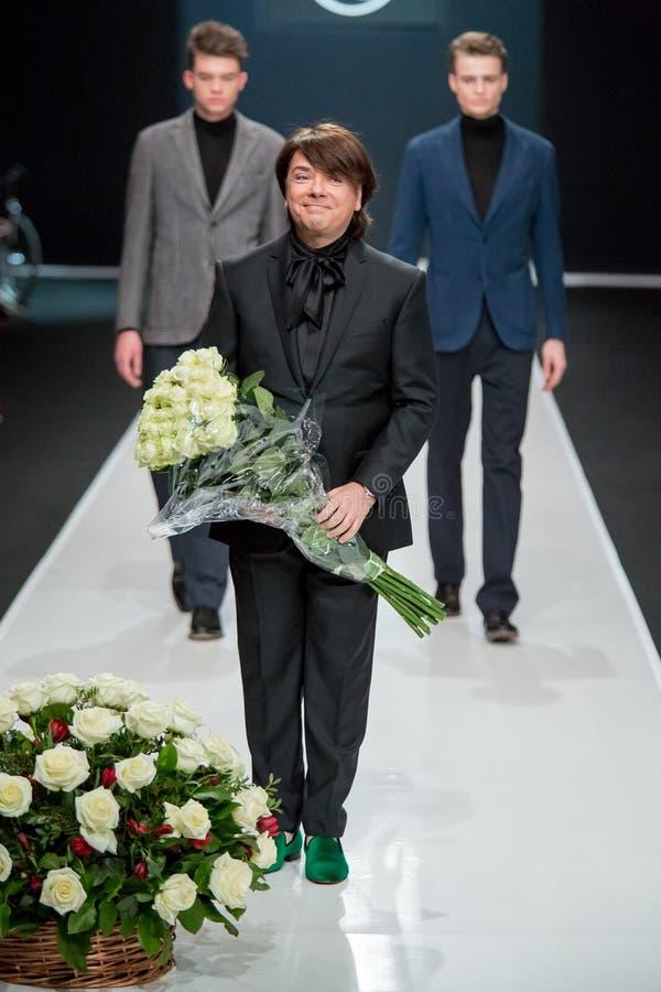 Les hommes modèlent au défilé de mode Valentin Yudashkin dans la semaine de mode de Moscou, le Chute-hiver 2016/2017 image libre de droits