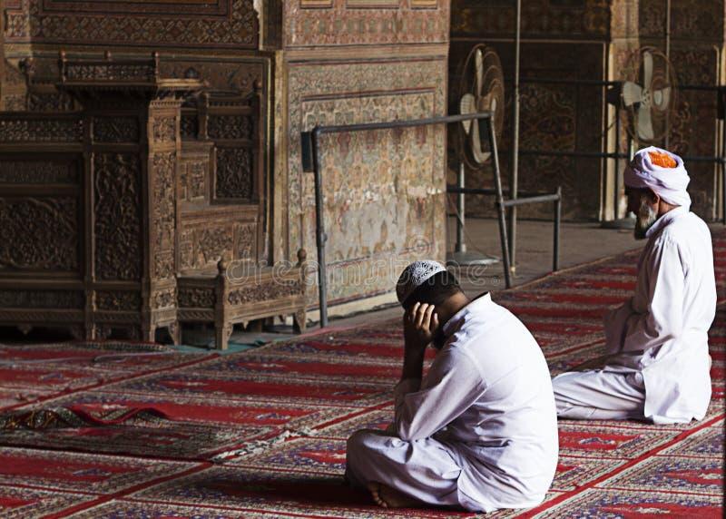Les hommes non identifiés prient chez Wazir Khan Mosque, Lahore Pakistan images libres de droits