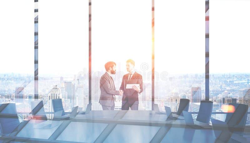 Les hommes se serrent la main dans le lieu de réunion, gratte-ciel illustration stock