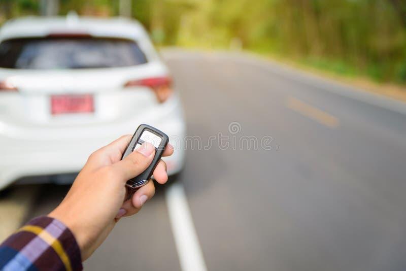 Les hommes sur la chemise de hippie, main presse sur le système à télécommande de voiture photos stock