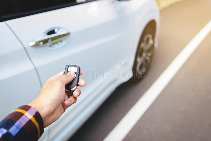 Les hommes sur la chemise de hippie, main presse sur le système à télécommande de voiture photo libre de droits