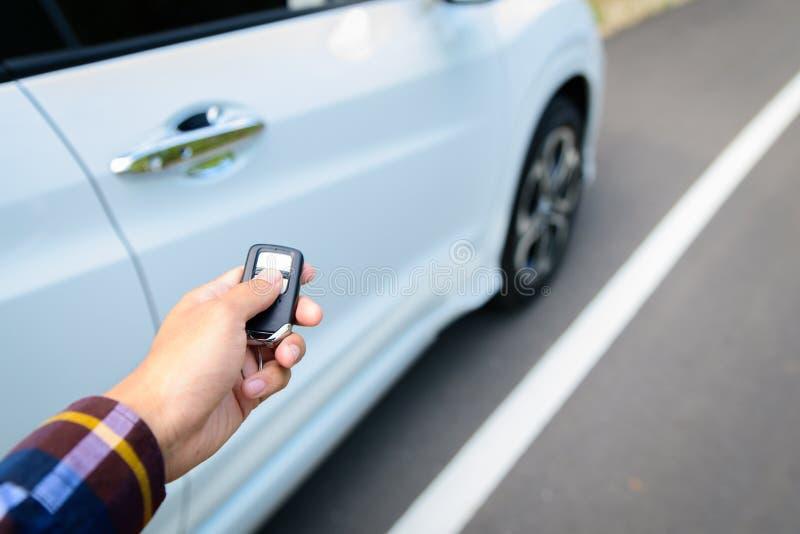 Les hommes sur la chemise de hippie, main presse sur le système à télécommande de voiture images libres de droits