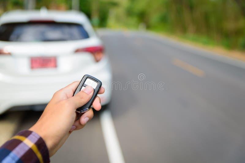 Les hommes sur la chemise de hippie, main presse sur le système à télécommande de voiture photos libres de droits