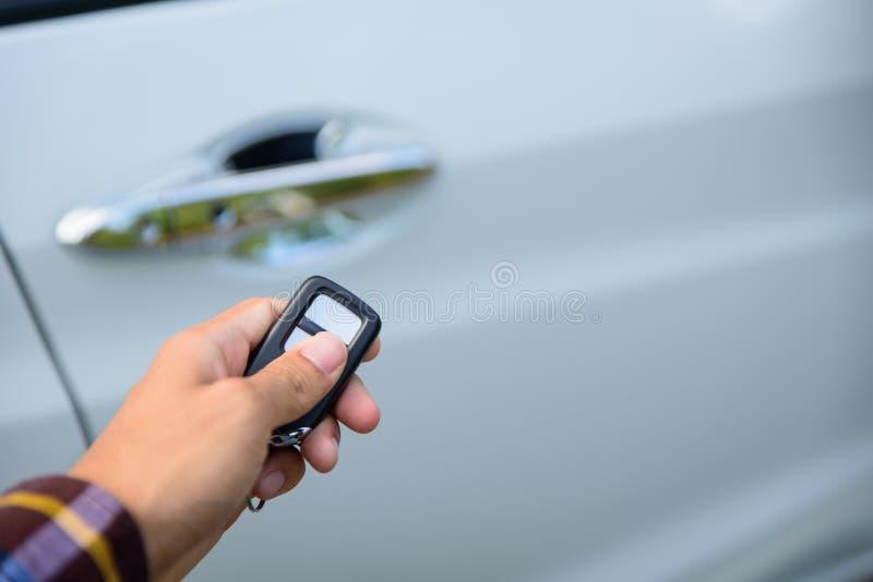 Les hommes sur la chemise de hippie, main presse sur le système à télécommande de voiture photographie stock