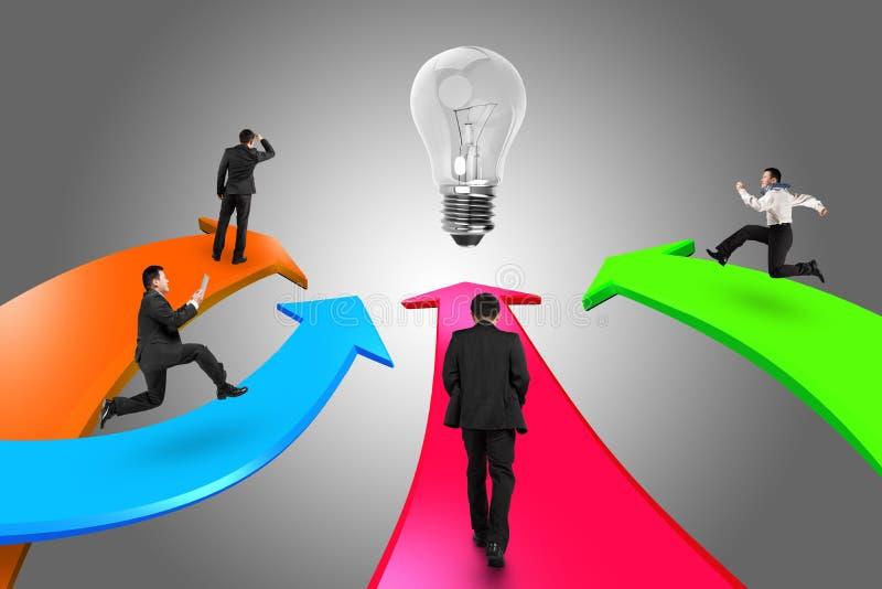 Les hommes sur quatre flèches de couleur vont vers l'ampoule illustration stock