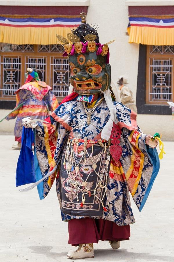 Les hommes tibétains ont habillé le masque dansant la danse de mystère de Tsam sur le festival bouddhiste chez Hemis dans Ladakh, images libres de droits