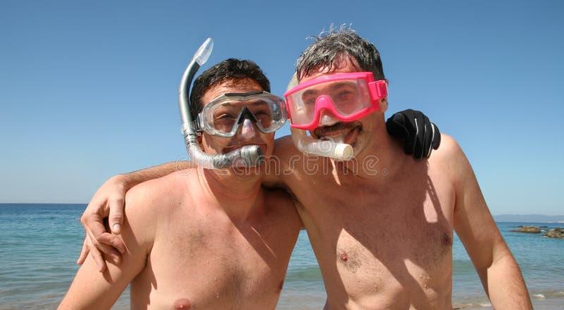 Les hommes vont naviguer au schnorchel photographie stock libre de droits