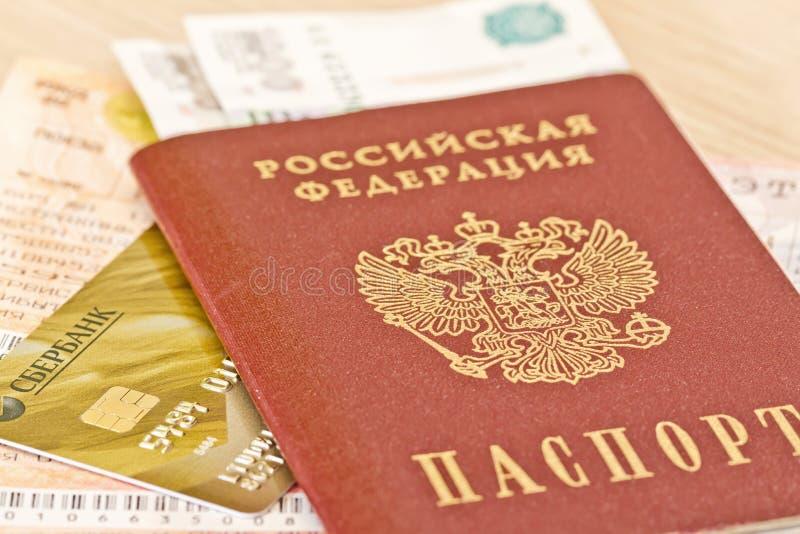 Les honoraires sont sur les articles exigés un long par voyage : passeport, carte de banque et photographie stock libre de droits