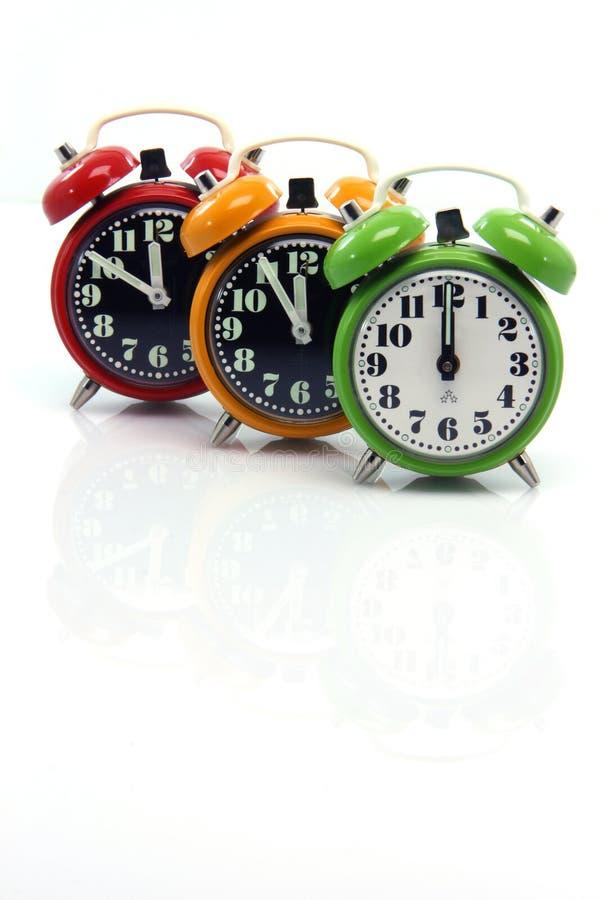 Les horloges d'alarme petites se reflètent images stock
