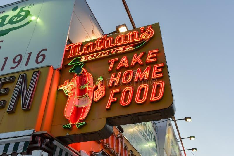 Les hot dogs célèbres de Nathan, original - Brooklyn, NY images stock