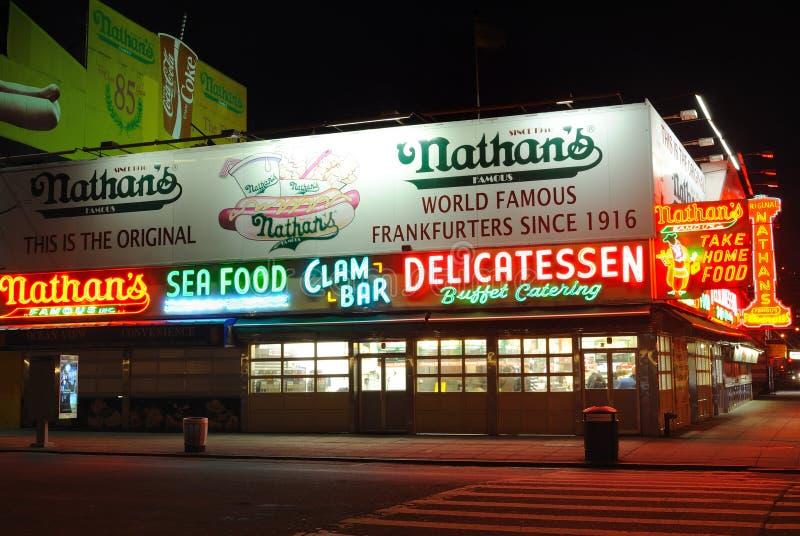 Les hot dogs de Nathan image libre de droits