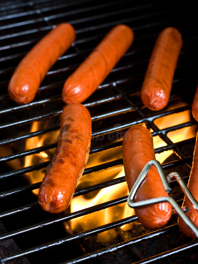 Les hot dogs sur puis grillent photos stock