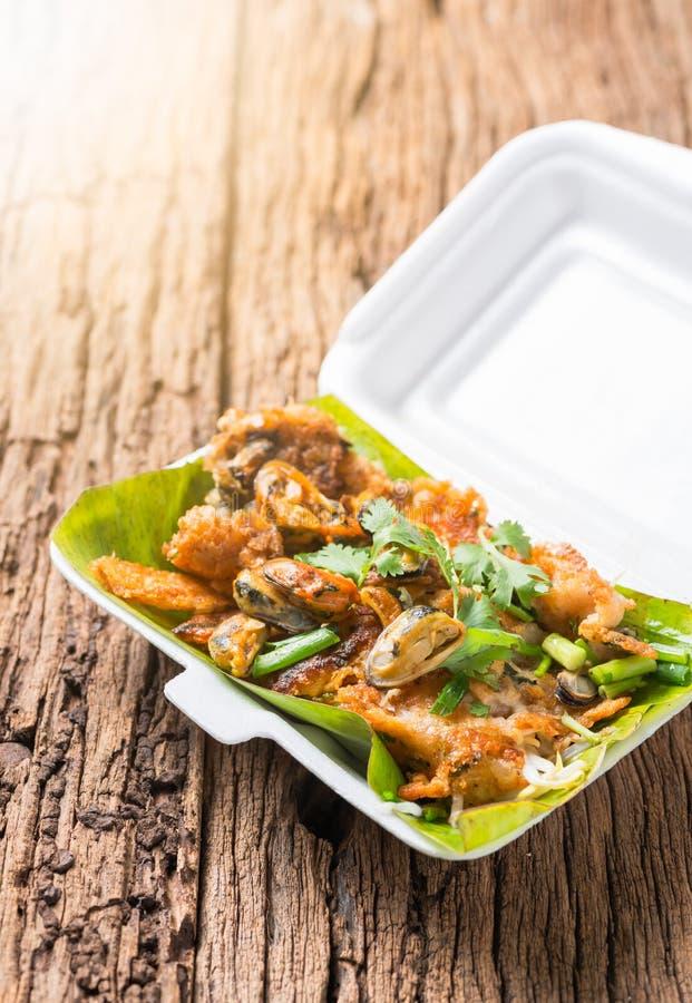 Les huîtres ont fait frire - la moule croustillante avec la pousse de haricot, oyst frit par chips images libres de droits