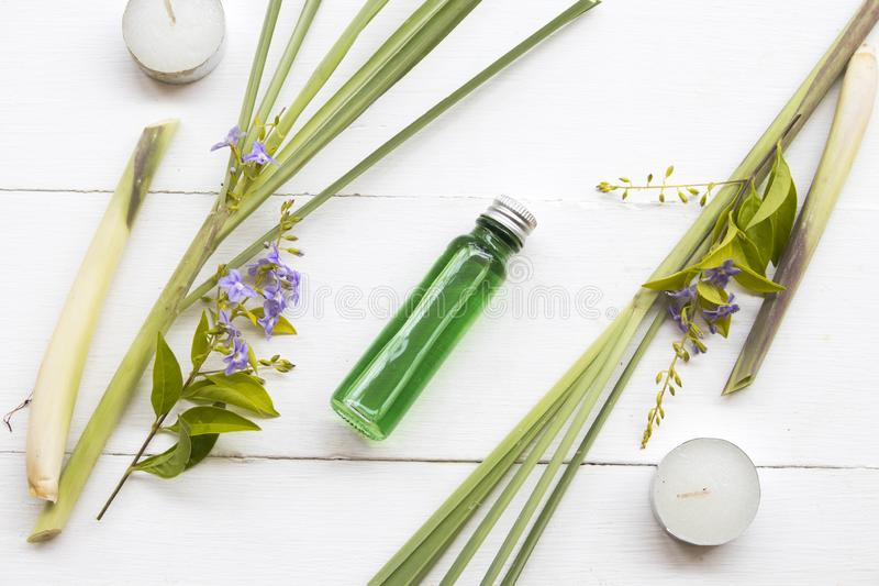 Les huiles de fines herbes naturelles extraient des odeurs de sch?nanthe de v?g?tation flaire l'arome photographie stock