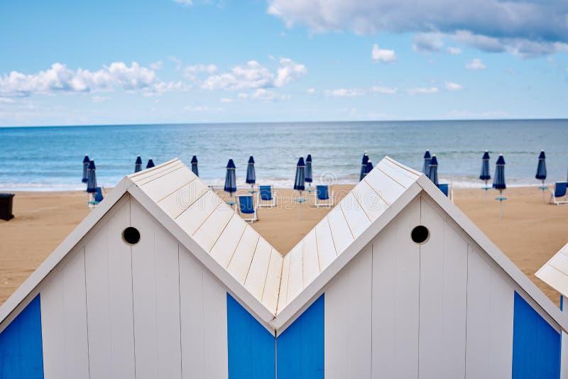 Les huttes de plage sur la côte photo stock