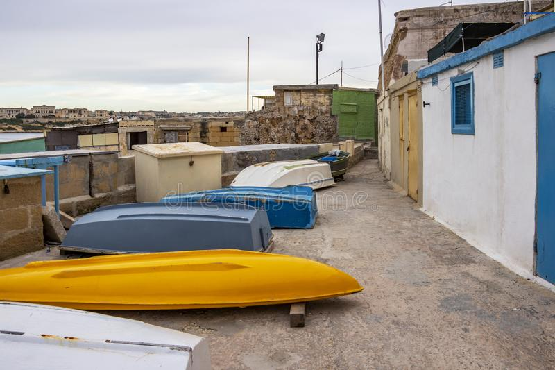 Les huttes et les bateaux à l'envers des pêcheurs au port grand, La Valette, Malte photo libre de droits
