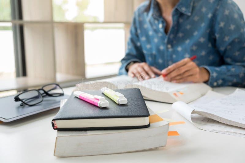 Les images d'étudier l'étudiant remet l'écriture dans le livre pendant la conférence photo stock