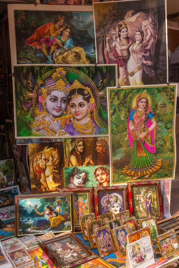 Les images de Krishna et d'autres dieux à vendre dans le temple font des emplettes dans la ville indoue sainte Vrindavan, Inde photographie stock libre de droits
