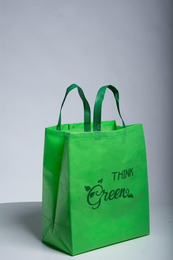 Les images de pensent le sac écologique vert images libres de droits