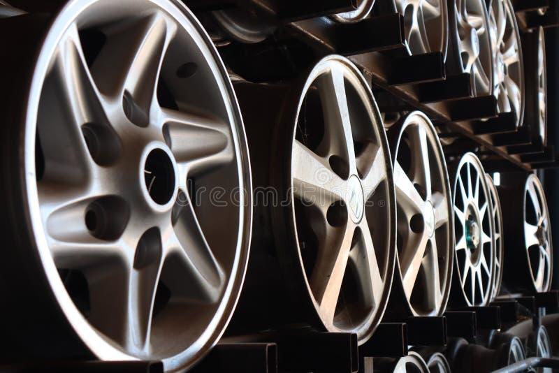 Les images en gros plan des roues en acier, les voitures argentées ont placé dans le magasin de roue images stock