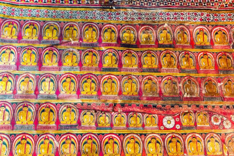 Les images multiples de Bouddha dans Dambulla foudroient le temple photographie stock libre de droits