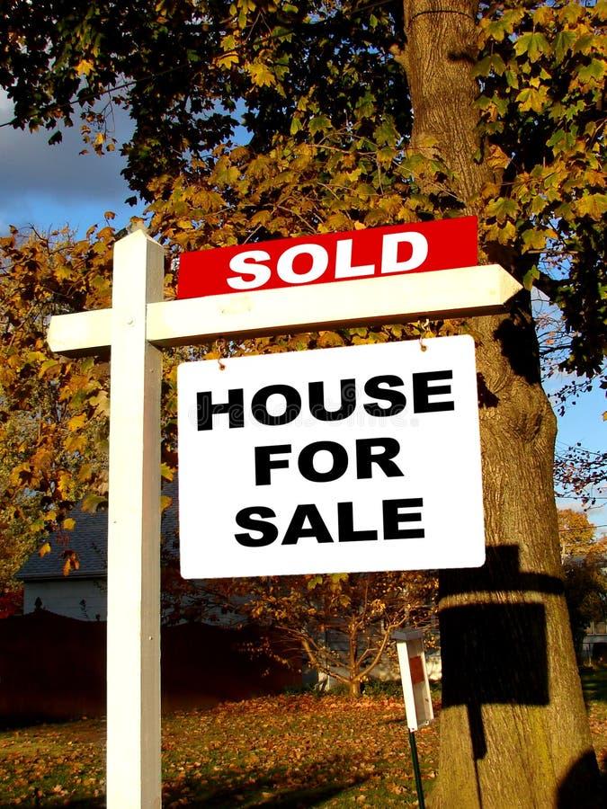Les immeubles ont vendu le signe photographie stock libre de droits