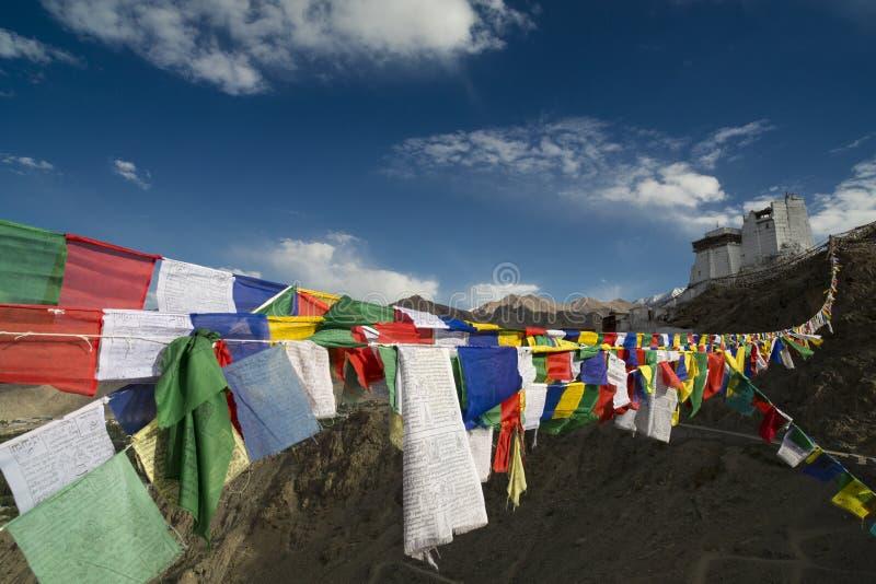 Les indicateurs et le fort de prière est centre bouddhiste principal image stock