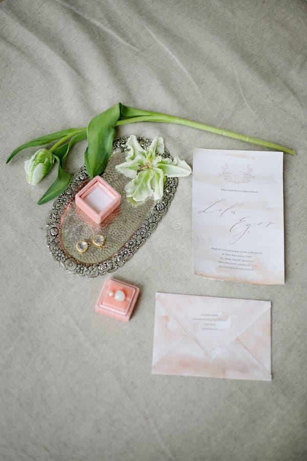Les industries graphiques de belles cartes de calligraphie de mariage avec la fleur Belle invitation de mariage Détails de tissu images libres de droits