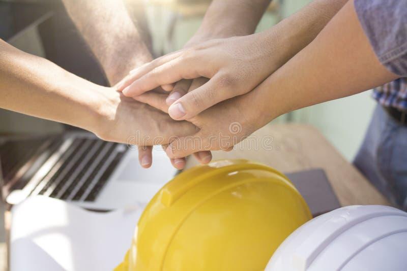 Les ingénieurs et le travailleur de concept de travail d'équipe ont mis la main dessus ensemble sur l'OE photo libre de droits
