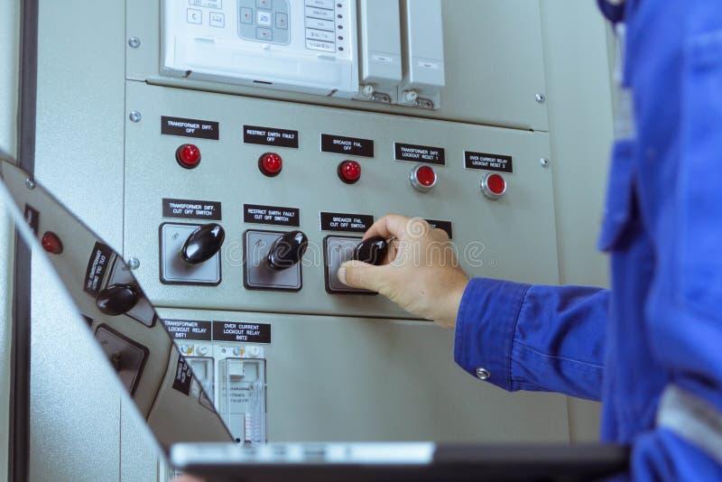 Les ingénieurs masculins signent le système électrique par programme image stock
