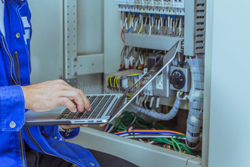 Les ingénieurs masculins signent le système électrique par programme photographie stock libre de droits