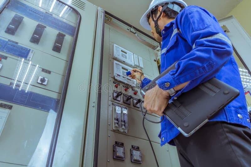 Les ingénieurs masculins signent le système électrique par programme photos libres de droits