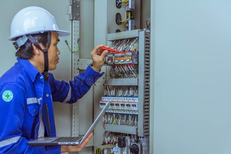 Les ingénieurs masculins signent le système électrique par programme images libres de droits
