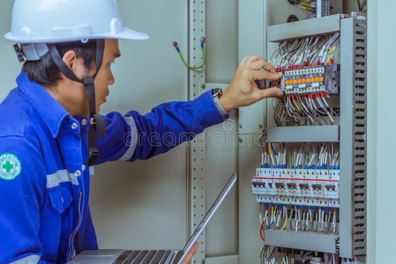 Les ingénieurs masculins signent le système électrique par programme photo stock